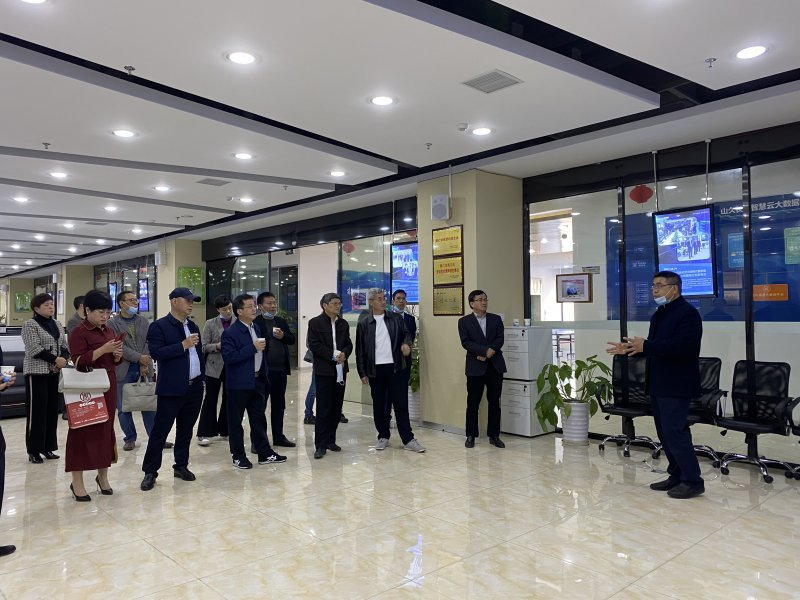 足球威廉希尔公司政协副主席冉晓东领导一行莅